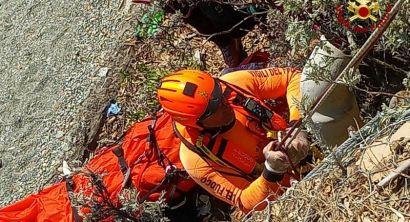 Precipita sugli scogli Castoglioncello, intervengono Pegaso e Vigili del Fuoco (Foto e video) (1)