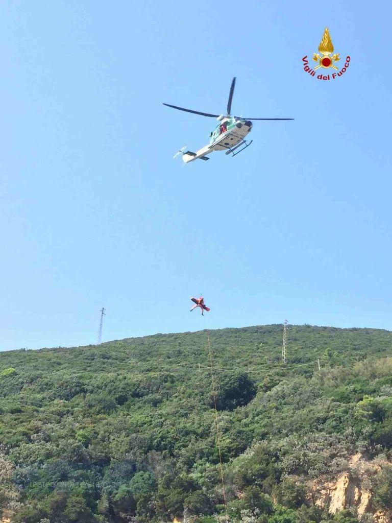 Romito cade sugli scogli, viene soccorso da elicottero, sommozzatori e squadra Saf