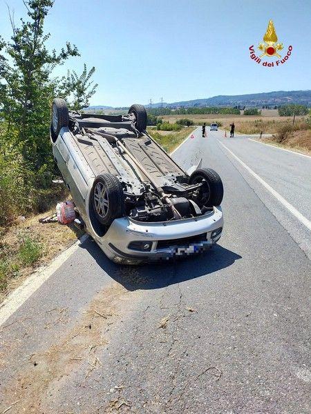 Rosignano, auto si ribalta sull'Emilia