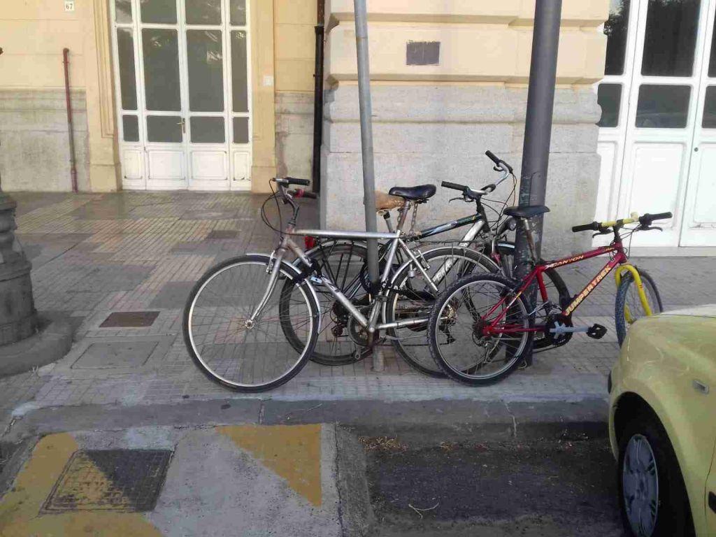 Stazione, parcheggio disabili off-limits tra ciclisti incivili e decisioni di tecnici incomprensibili