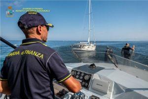 """Sequestrata imbarcazione usata per attività commerciali e battente """"fittiziamente"""" bandiera olandese"""