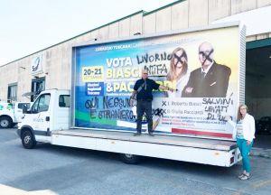 Imbrattato nella notte il camion vela elettorale dei candidati leghisti