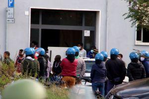 """Forze dell'ordine """"circondano""""centro migranti in Venezia"""