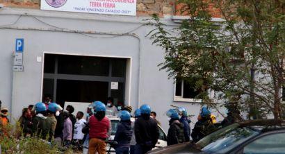 Forze dell'ordine circondano centro migranti in Venezia (4)
