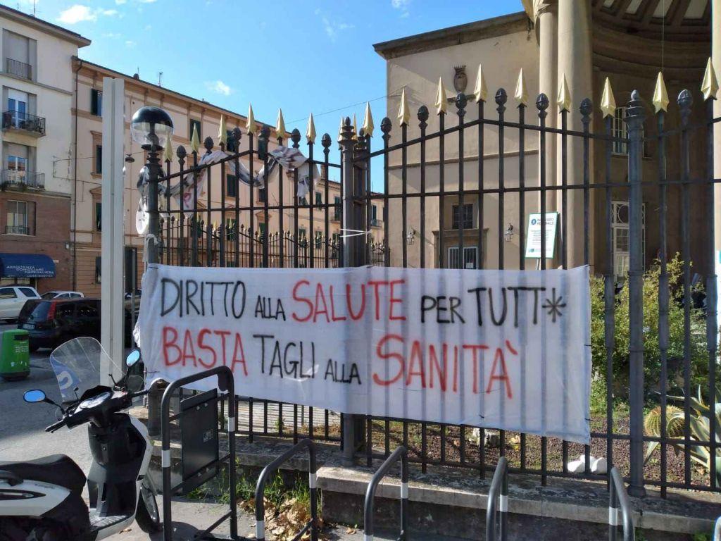 chiusure covid, striscioni di protesta