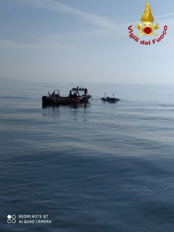 I sommozzatori dei vigili del fuoco di Livorno recuperano peschereccio inabissato