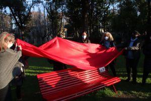 Inaugurata una panchina rossacontro la violenza sulle donne