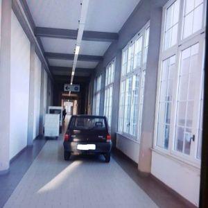 panda_parcheggiata_all'interno_delle_corsie_dell'ospedale
