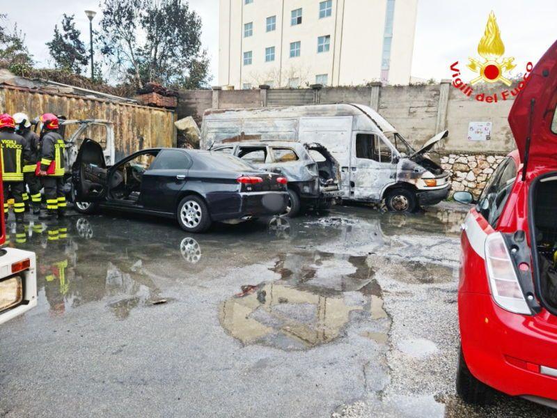 Incendio, distrutti quattro veicoli in via Grotta delle Fate