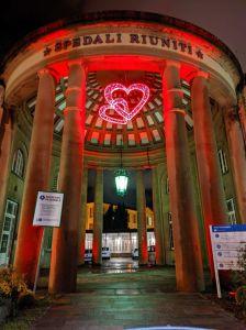 Ospedale, si accende il grande cuore dedicato agli operatori sanitari e alle vittime del Covid