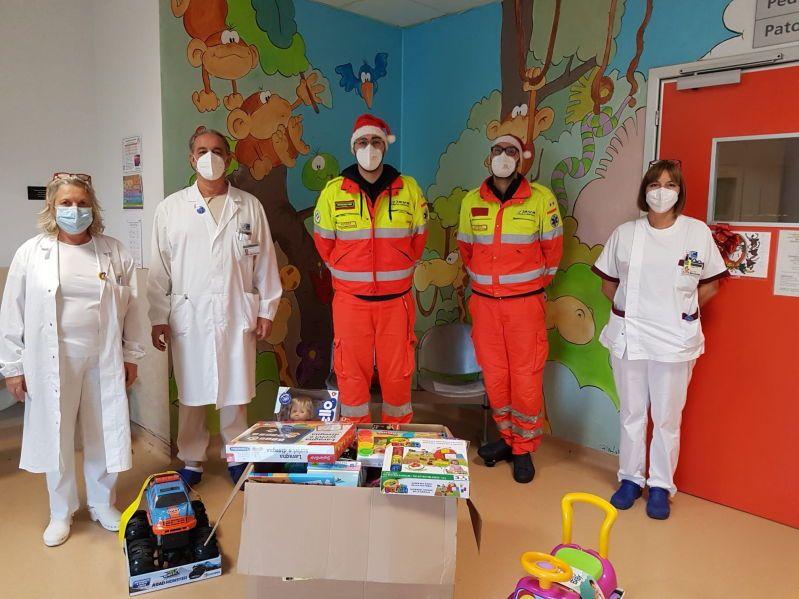 Pediatria di Livorno, un fiume di affetto grazie ai doni di Associazione Carabinieri, Svs e Croce Rossa