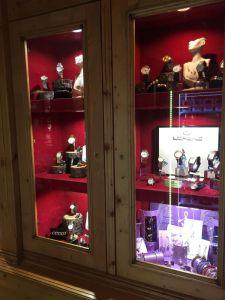 vetrina interna della gioielleria da cui sono stati asportati orologi e gioielli