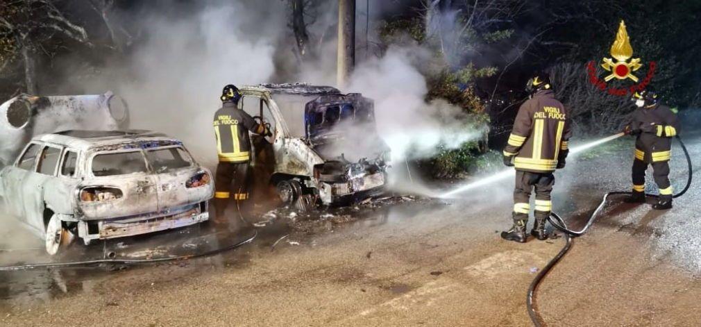 Collealvetti, a fuoco due auto parcheggiate (Foto)