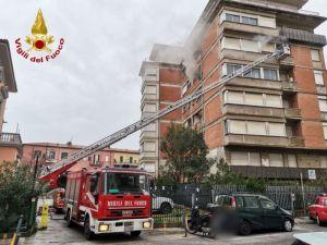 Incendio al 5° piano in via delle Sedie, l'intervento dei vigili del fuoco