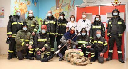 La Befana dei vigili del fuoco porta doni ai bambini ricoverati in pediatria (5)