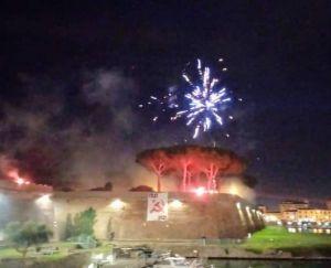 Striscione Partito Comunista sulla Fortezza Nuova e fuochi d'artificio