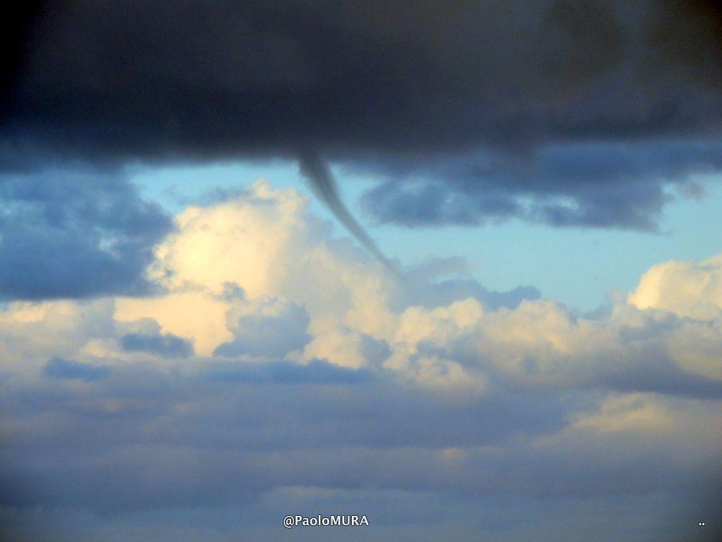 Tromba marina e arcobaleno nella mattina a Livorno