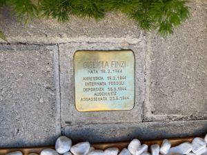 Posizionata la pietra di inciampoper la piccola Gigliola Finziuccisa a pochi mesi davanti ad Auschwitz