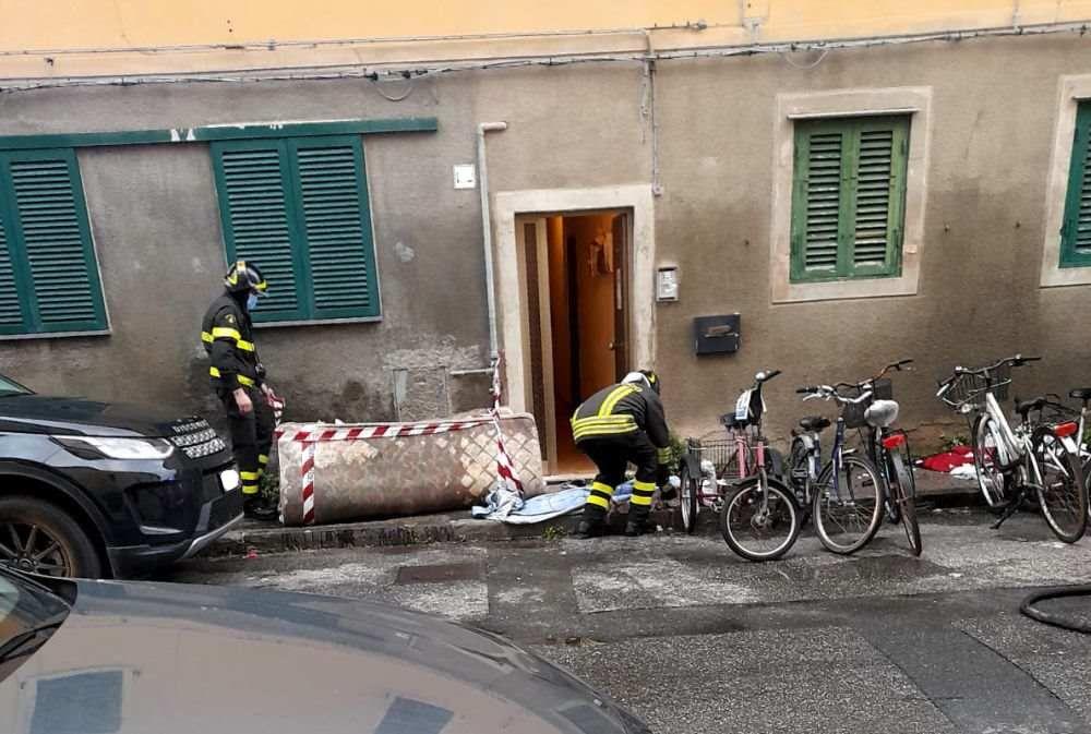 A fuoco una coperta mentre fuma, intossicata 86enne