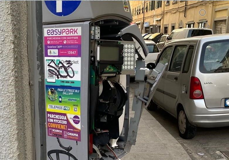 Bomba carta in Borgo, salta parchimetro