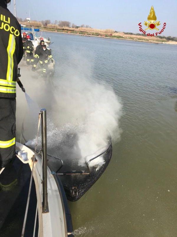 Calambrone, a fuoco imbarcazione nel canale dei Navicelli (Foto e Video)