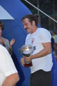 Capitan Luciano Scardino riceve la coppa relativa alla promozione in B del 2019