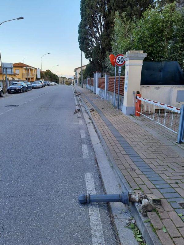 Collesalvetti, Atto vandalico durante la notte divelti i pioli del marciapiede di Via Roma