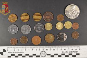 Fermate due persone. La polizia trova droga, monete antiche, oggetti elettronici e altro ancora