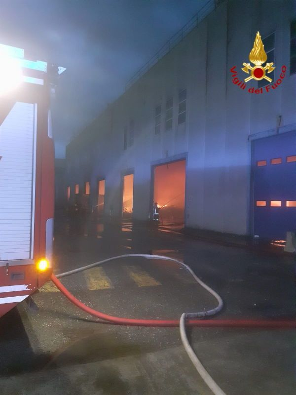 Incendio in un capannone di rifiuti a Cecina