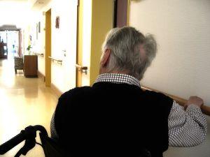 anziano sedia a rotelle rsa