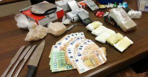 1 chilo di droga nascosto in ogni angolo della casa . Arrestato spacciatore 63