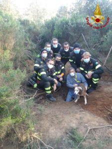 Cane intrappolato in una buca salvato dai vigili del fuoco