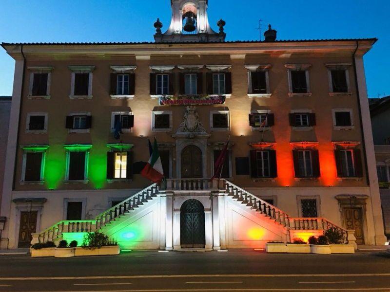 La foto il Comune illuminato col Tricolore per i 160 anni di unità nazionale