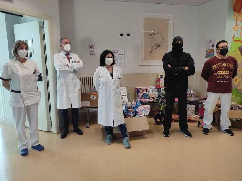 Pediatria Livorno, consegnati dal Comandante Alfa uova pasquali e giocattoli