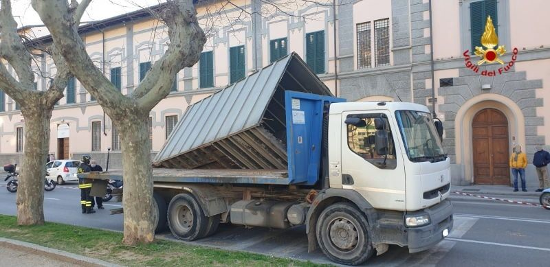 Piazza Mazzini, camion urta albero e perde il carico sopra un auto