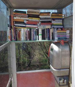 Successo per la cabina telefonica biblioteca. E' stracolma di libri
