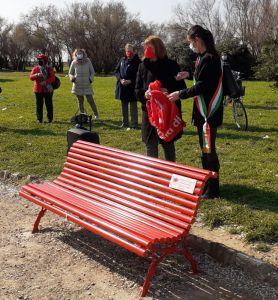 Terrazza Mascagni, inaugurata la panchina rossa contro la violenza sulle donne
