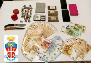 casa di spaccio. Sequestrata droga e contanti, arrestata coppia