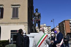 l monumento restaurato del Villano prende casa davanti al Comune