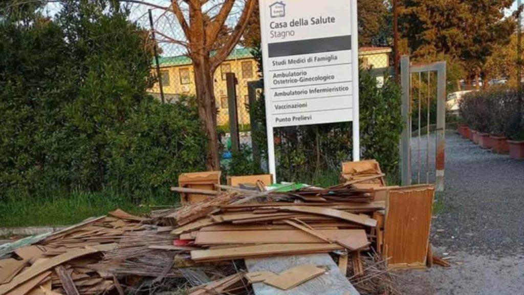 Discarica di legname all'ingresso della Casa della Salute