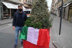 Il tricolore nasconde la falce e martello che deturpa le fioriere in via Ricasoli