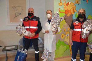 L'Associazione Nazionale Carabinieri dona uova di Pasqua a pediatria