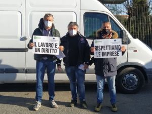 La protesta degli ambulanti al mercatino del venerdì