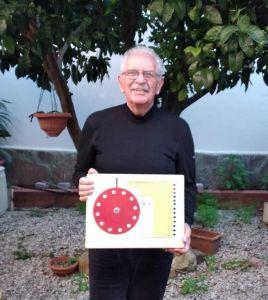 Maurizio Piqué con  l'Accordiogeno, da lui inventato