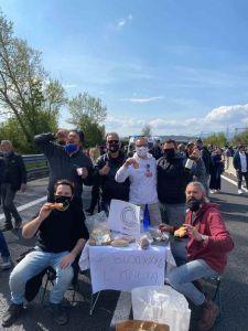 Ti blocchiamo l'Italia TNI blocca l'A1, presente anche la delegazione di Livorno