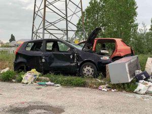 Camper, carcasse di auto e attrezzature da bar abbandonate nel piazzale
