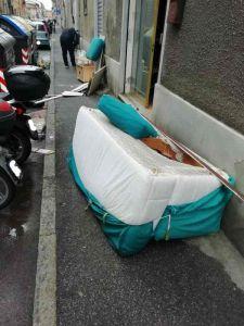 Abbandono di rifiuti ai cassonetti, problema di viabilità per i disabili