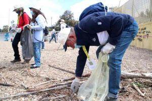 I lavoratori anziani di Anla Toscana puliscono la spiaggia della Vela (Foto e video)