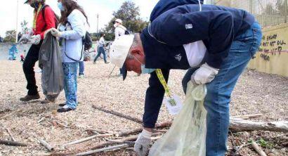 I lavoratori anziani di Anla Toscana puliscono la spiaggia della Vela (Foto e video) (6)