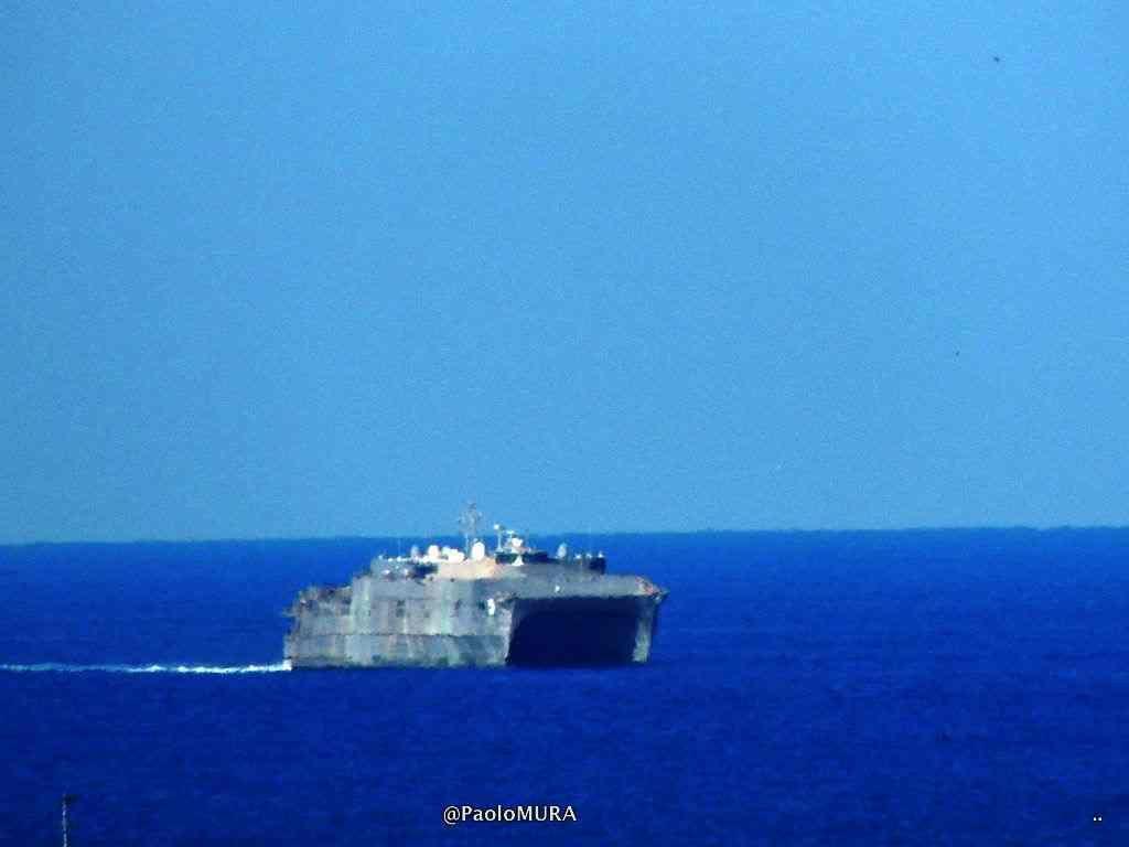 La foto la nave catamarano Trenton in arrivo a Livorno